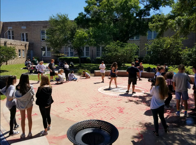 Students+meet+in+the+courtyard+to+spread+red+sand+along+the+PHS+seal+during+all+three+lunches+Wednesday%2C+April+11.+Sponsored+by+La+Sertoa%2C+the+Red+Sand+Project+raised+awareness+about+human+trafficking.